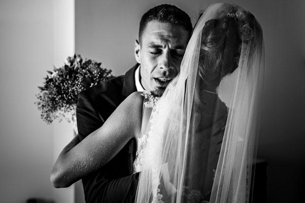Le frère de la mariée qui la serre fort dans ses bras quelques minutes avant la cérémonie près de Carcassonne