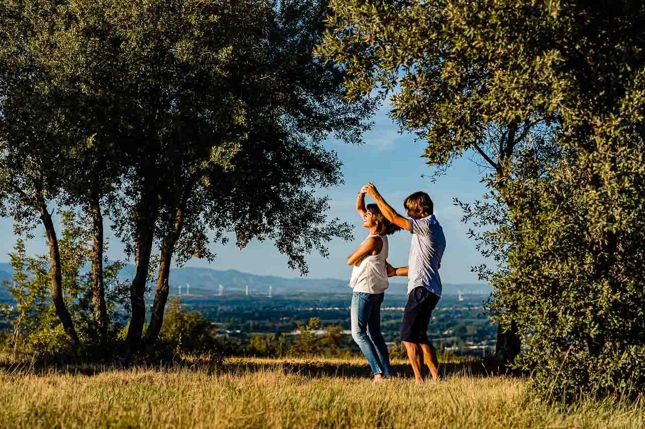 Photo lifestyle d'un couple lors d'un shooting en extérieur près de Perpignan