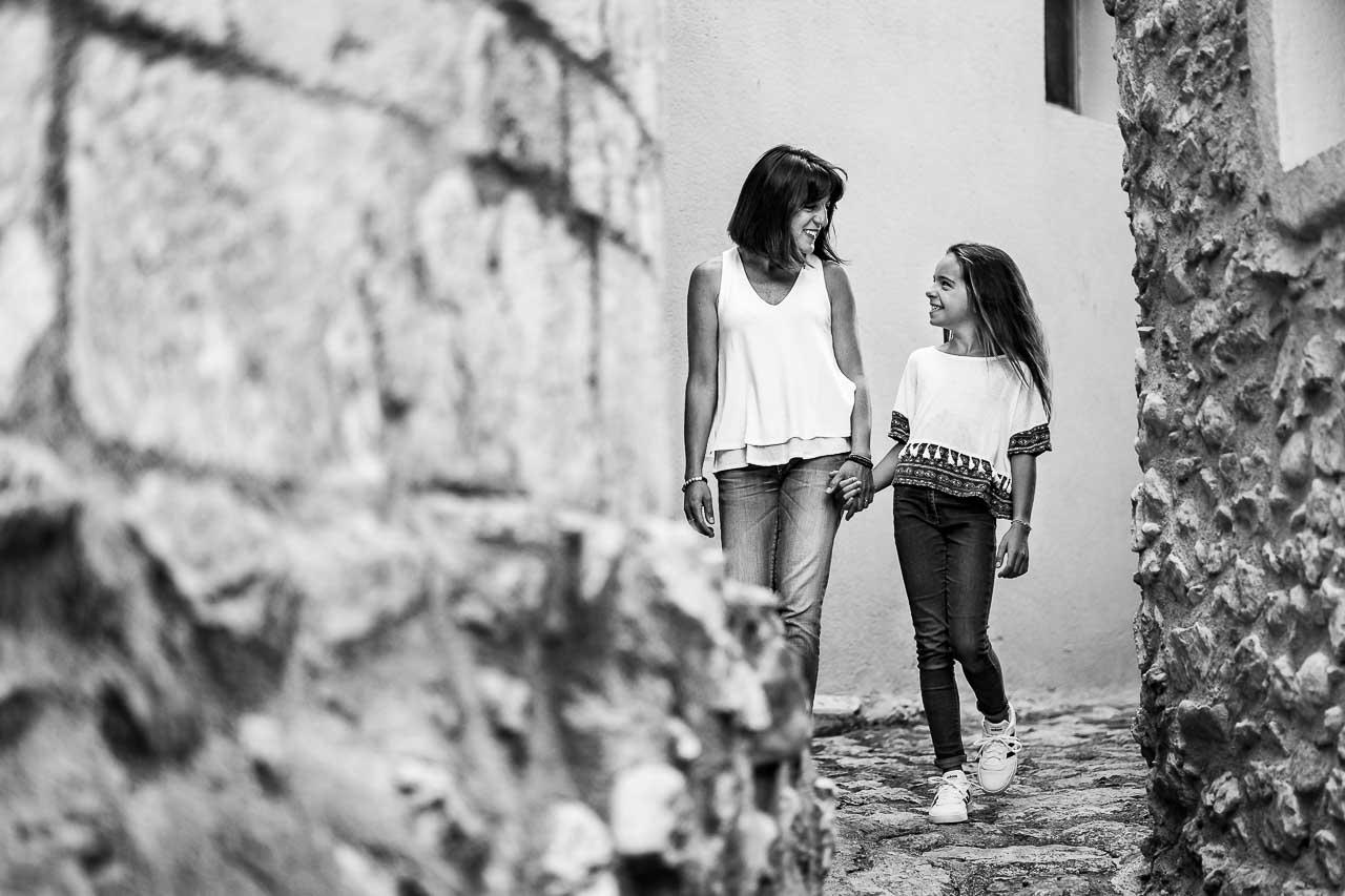 Photo lifestyle d'une maman et sa fille pendant un shooting famille dans le sud de la France