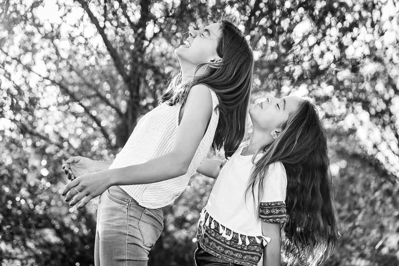Photo noir et blanc de deux soeurs lors d'un photoshoot de famille dans le sud