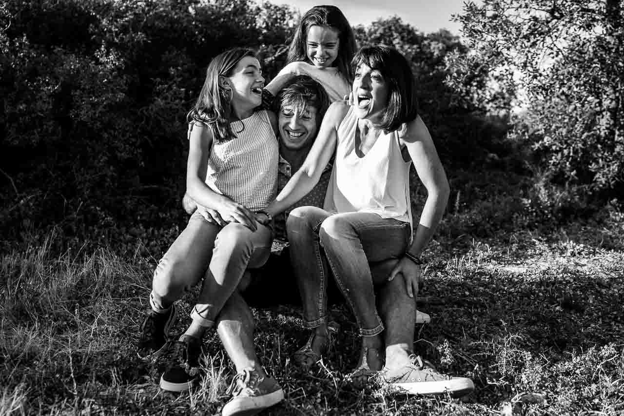 Photo de groupe d'une famille pendant un shooting photo famille dans le sud