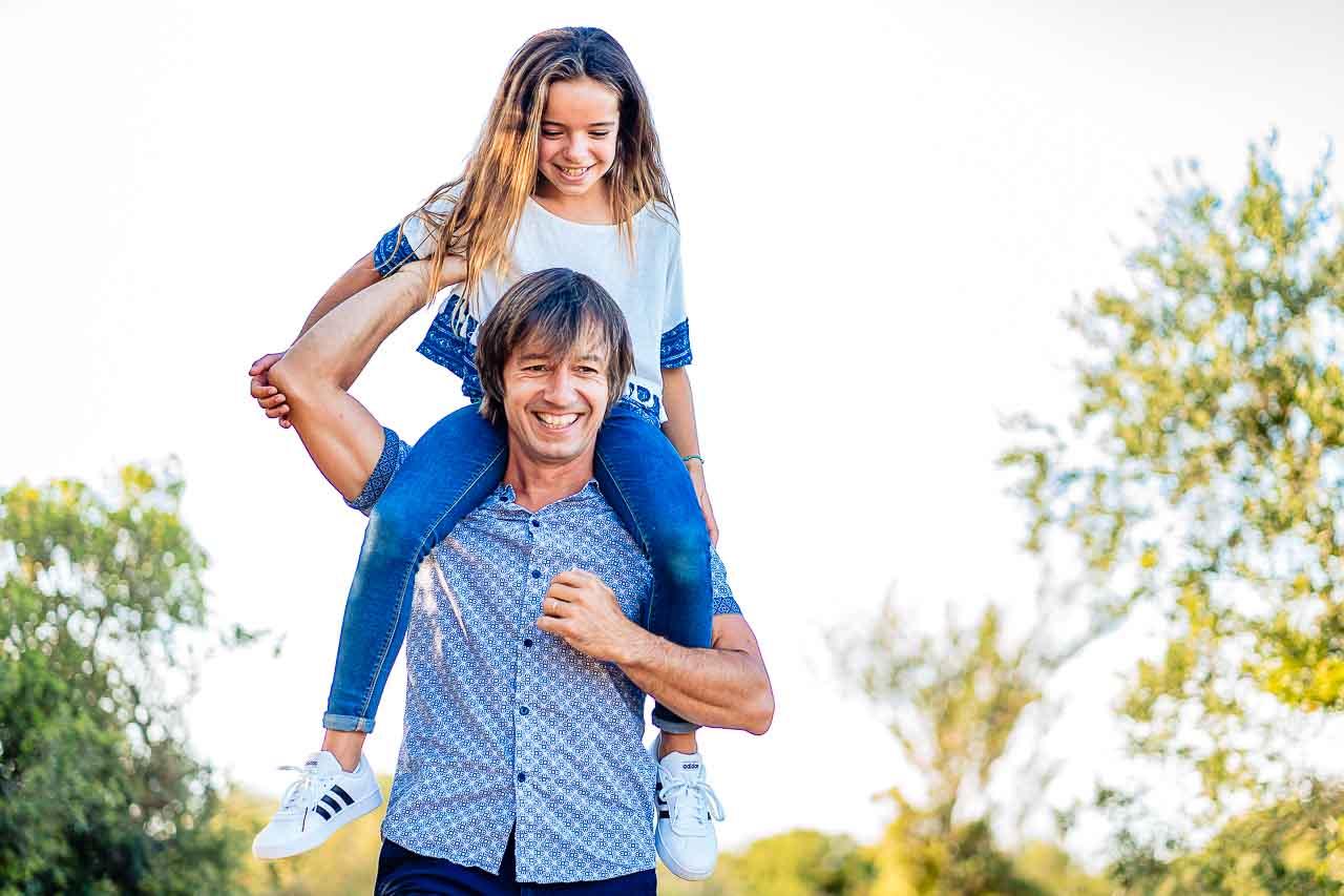 Photo d'un papa et sa fille lors d'un shooting photo en extérieur dans le sud de la france