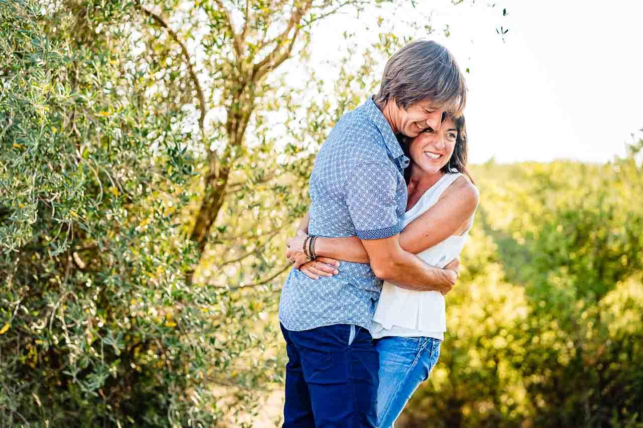 Portrait naturel d'un couple lors d'une séance photo en extérieur près de Perpignan