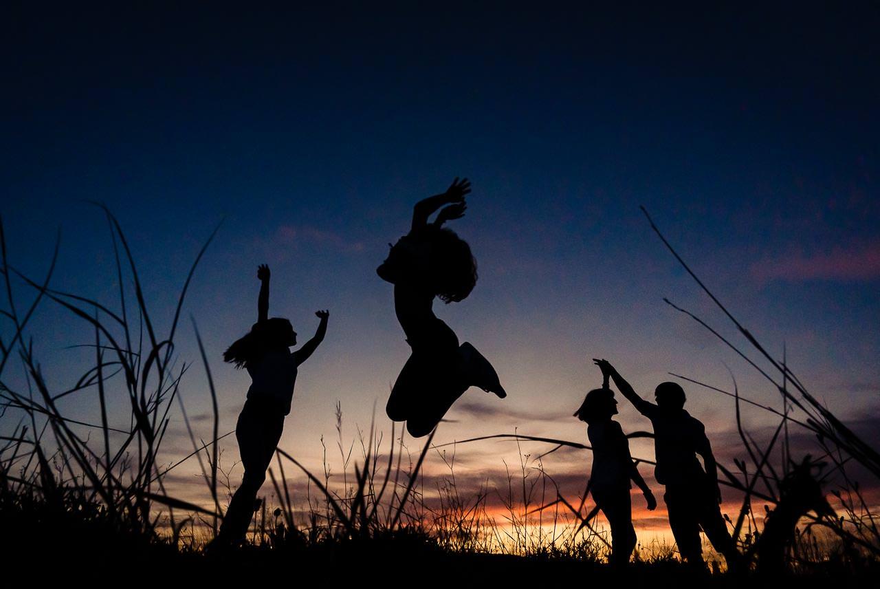 Photo d'une famille au coucher de soleil dans le sud de la France