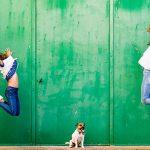Deux filles qui sautent de joie pendant une séance photos de famille dans le sud de la France près de Perpignan 66