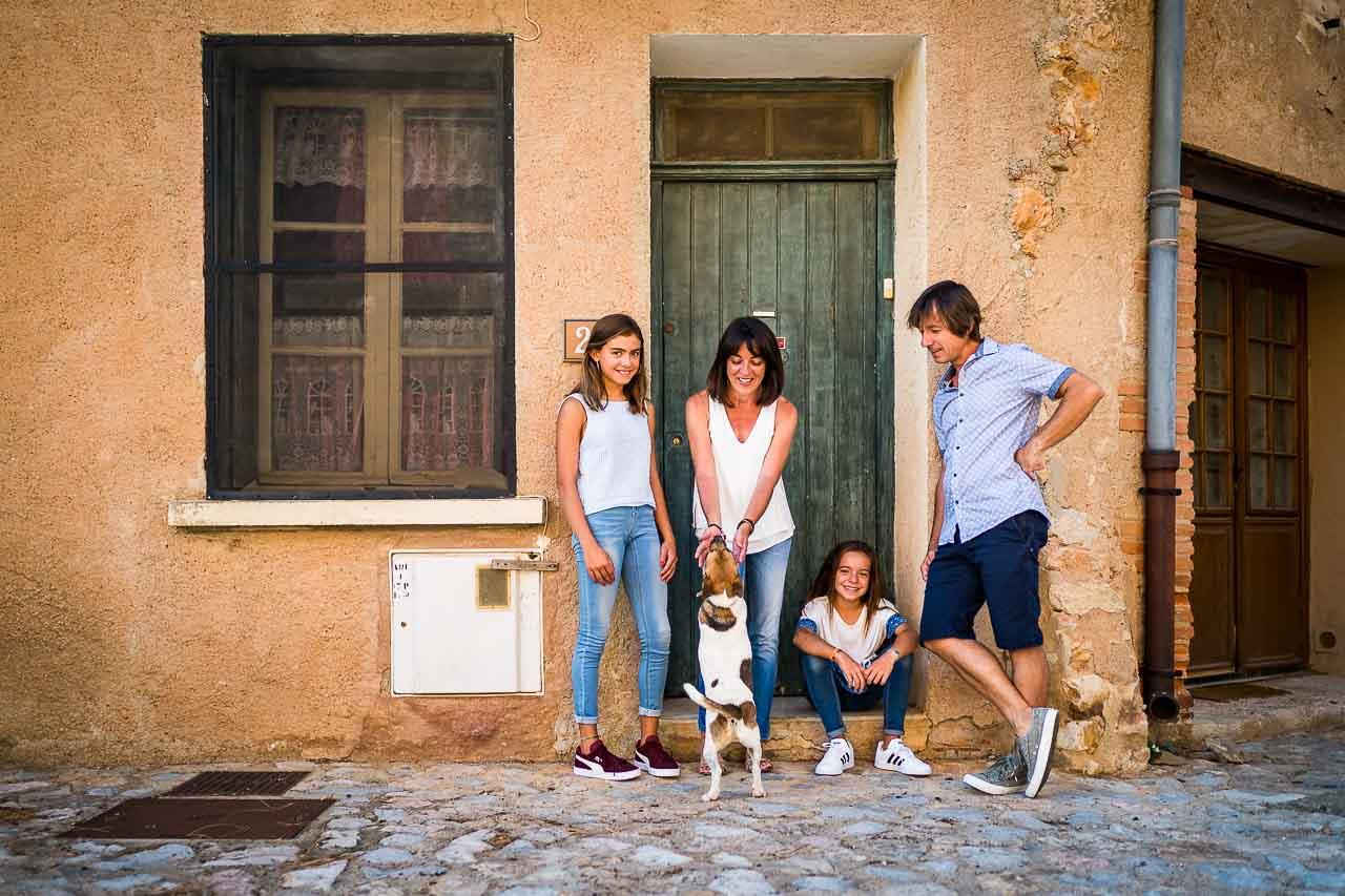 Photo portrait d'une famille devant sa maison dans un village du sud de la france