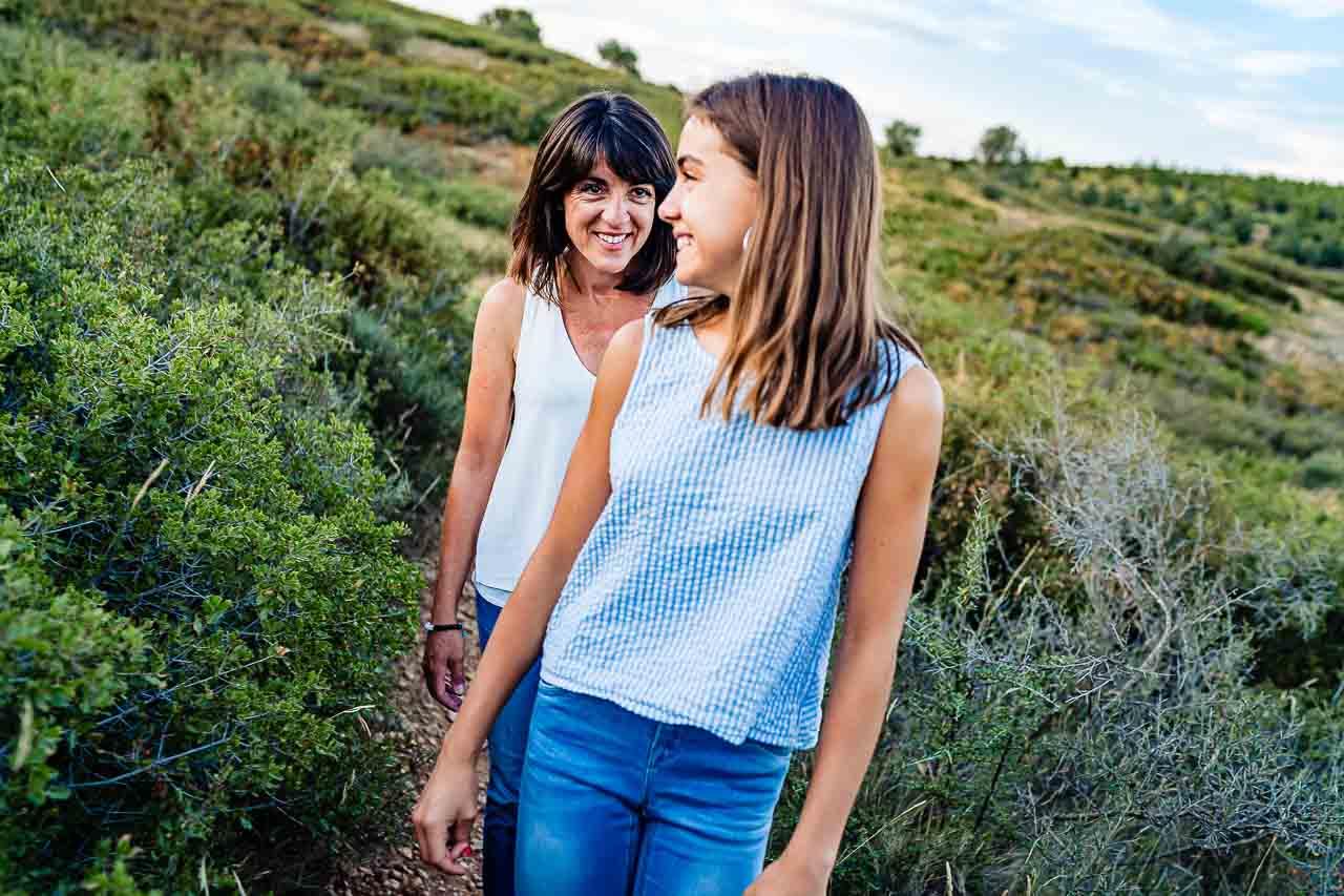 Photographie d'une maman et sa fille prise sur le vif pendant une séance famille dans le sud