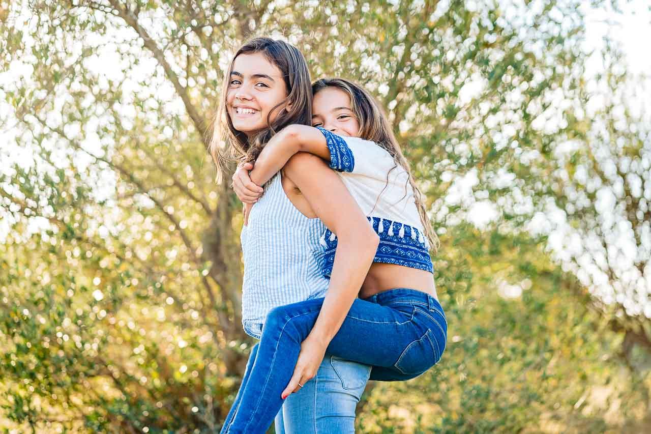Portrait photo de deux soeurs lors d'un shooting famille en extérieur en occitanie