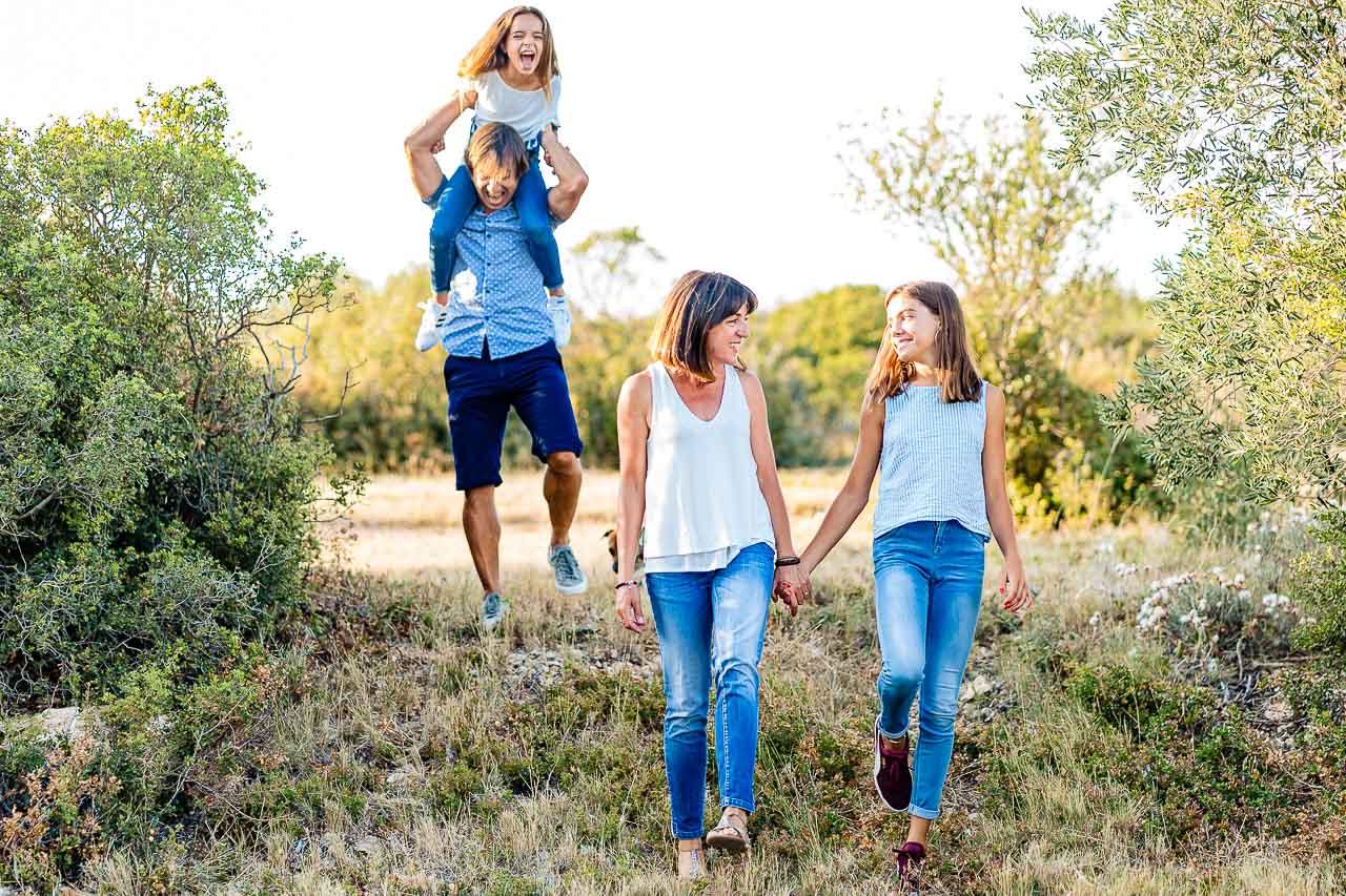 Shooting photo de famille en extérieur dans le sud de la france en occitanie